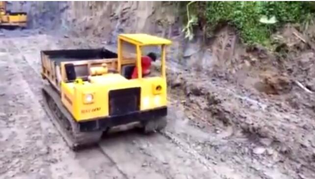 履带式万用搬运车 挖掘机装土运料的好帮手图片