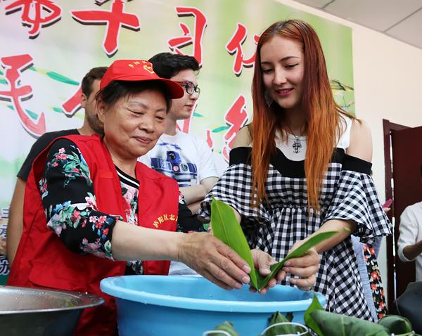 合肥:留学生体验端午习俗 手包粽子赠百岁老人(图)