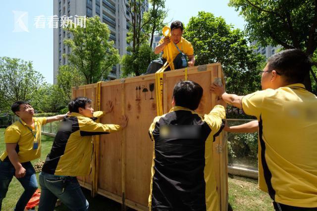 上海女子花50万买100寸电视 20人团队安装(组图)