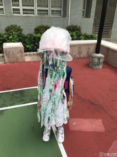 蔡少芬上演实力坑娃 制作水母道具遮住女儿全脸