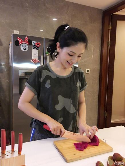 胡可为安吉小鱼儿做水果沙拉 甜蜜微笑很幸福