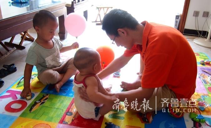 添了二胎的好爸潘士宝被两个活泼可爱的小宝宝忙晕头,从换尿布到喂