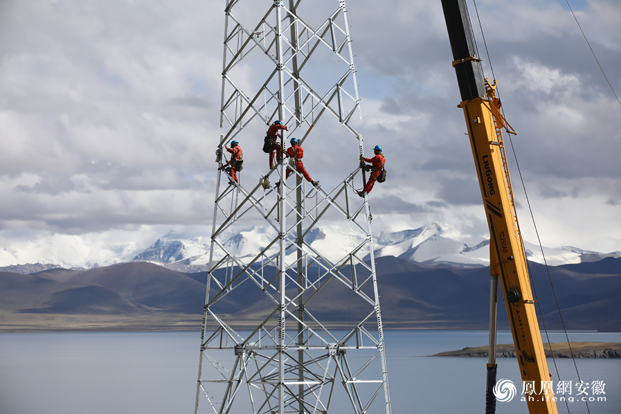海拔5200米:西藏山南电力铁塔组建忙
