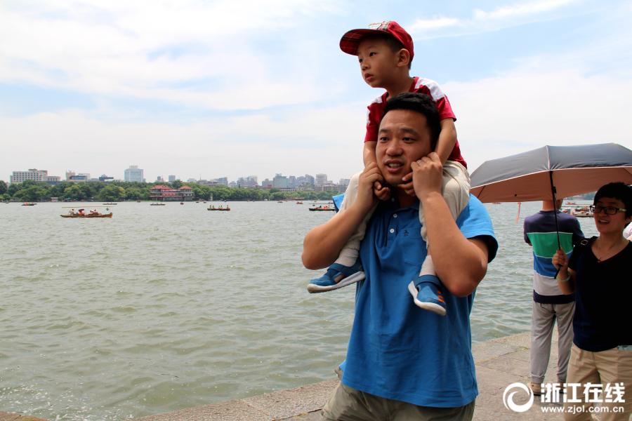 父亲节:爸爸肩膀上的风景更美丽