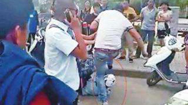 男子当街狂殴女商贩 4个人都拉不住