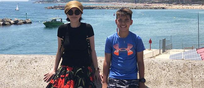 王琳携家人出游晒合影 儿子黑帅身高赶上妈妈了