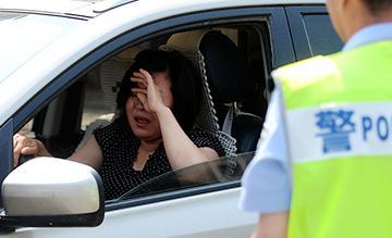 因拒绝配合执法 女司机遭警察喷辣椒水