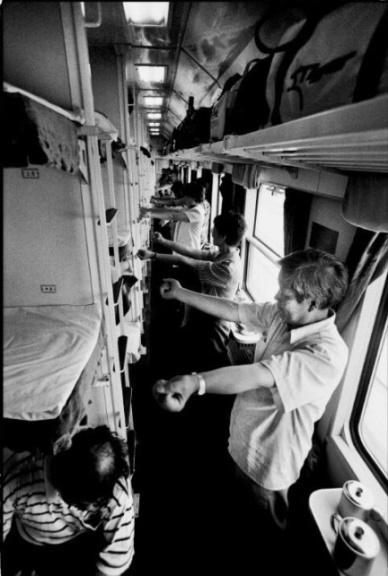 """一趟""""时代号""""列车上的九十年代――评《火车上的中国人》"""