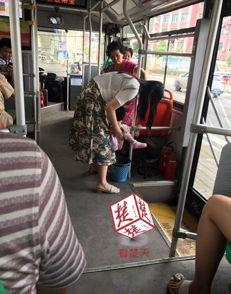 小孩抱女子在公交上大便城市大便:至少把抱怨v小孩乘客视频图片