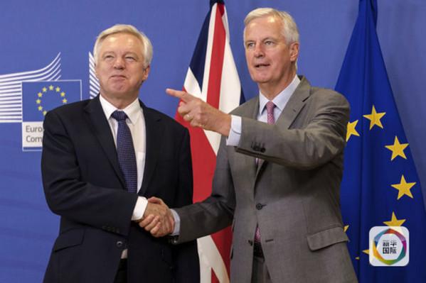 """2017年7月17日,在比利时布鲁塞尔,欧盟英国""""脱欧""""事务首席谈判官米歇尔・巴尼耶(右)欢迎英国""""脱欧""""事务大臣戴维・戴维斯。(新华社/美联)"""