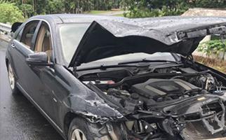 奔驰车车头撞烂安全气囊却没弹出 4S店称未满足条件