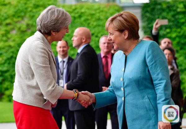 2017年6月29日,在德国首都柏林,德国总理默克尔(右)在G20峰会之前迎接英国首相特雷莎・梅。(新华社/法新)