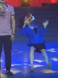 女主持人突然倒在台上