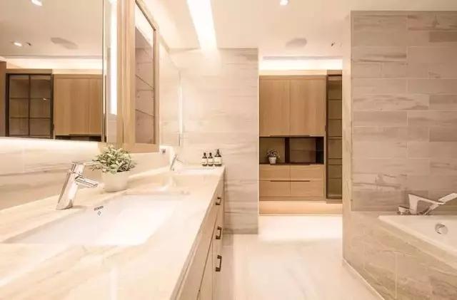 卫生间浴室用的是大理石花纹瓷砖设计,这厚重的质地简直就是低调奢华
