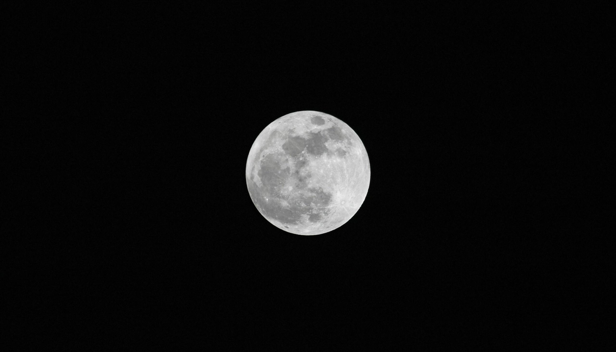 重要发现:月球内部或蕴含大量水分 殖民月球又近一步