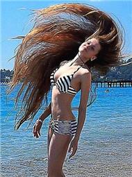 因一个赌约,她14年没剪头发