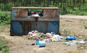 男子撞伤5岁男童 借口带娃治疗却扔垃圾箱
