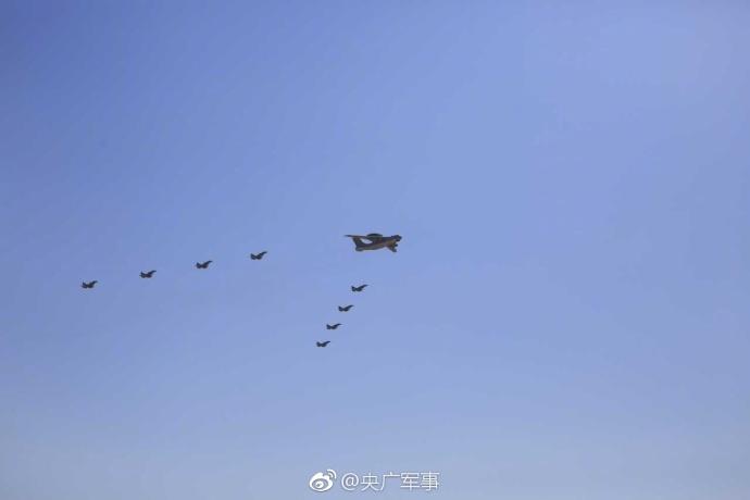 歼-20、运20亮相朱日和基地大阅兵现场插图1