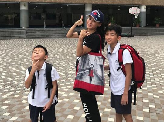 张柏芝送儿子上学遇跟拍 为影响到其他人感到尴尬