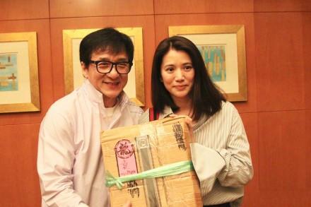 袁咏仪与成龙合照 两人长达22年的恩怨,立刻引起外