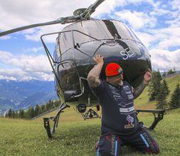 大力士扛起直升机