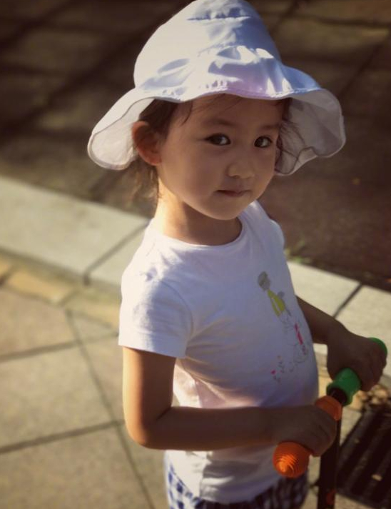 黄磊小女儿骑滑板车萌哭网友 颜值不输姐姐