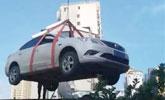 女司机与保安冲突停车堵门 物业把车吊上房