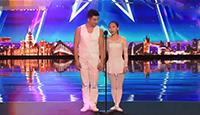 一对中国舞者用男人肩膀上的芭蕾让老外震惊