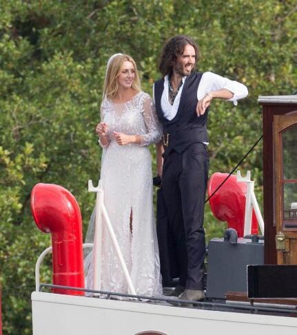 水果姐前夫拉塞尔迎娶未婚妻 两人游轮上恩爱相拥