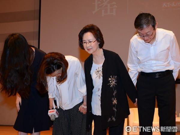 琼瑶新书座谈会讨论善终权 粉丝有感而发抱住她痛哭