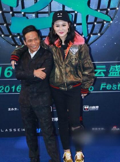 宋小宝和赵本山女儿同台,两张脸凑在一起好辣眼