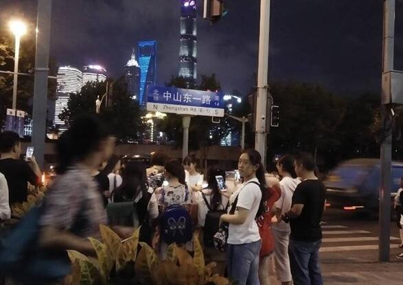 上海外滩又排队了,鹿晗网红邮筒时隔一年再次走红