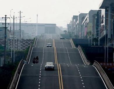 重庆现波浪形公路 司机称有腾空感
