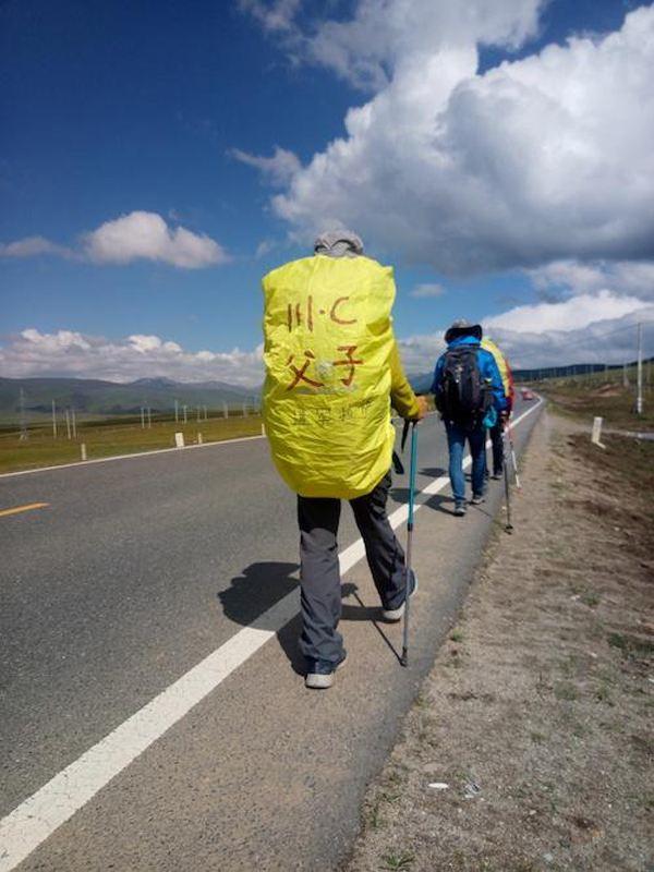 男子带12岁儿子徒步进藏 翻12座4000米高山