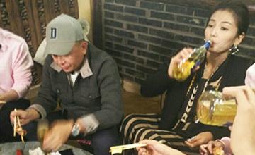 饭局上刘涛喝酒对瓶吹,老公在旁……
