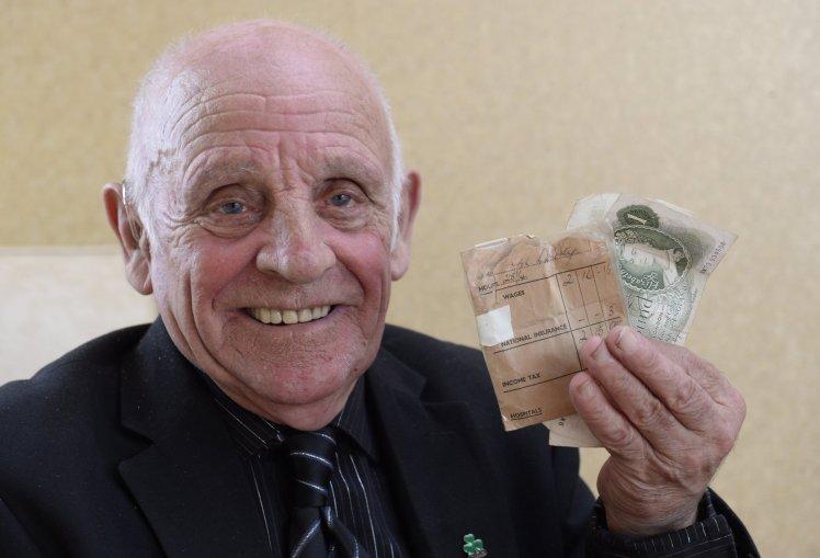 儿子的第一份工资 104岁老奶奶保管了62年