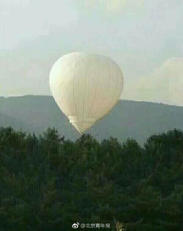 氢气球带男子飘走