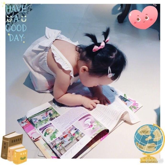 儿女传奇旗袍伊能静女儿小米粒坐在地上看书