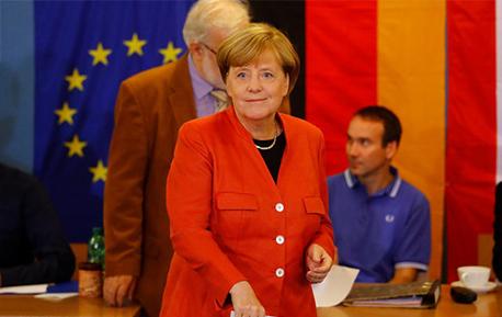 2017德国大选投票现场 默克尔和舒尔茨相继投出自己的一票