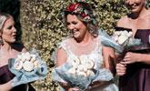 澳洲新娘不要浪漫鲜花 手捧甜甜圈嫁人