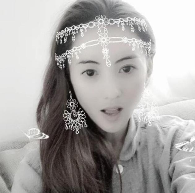 张柏芝戴皇冠似少女