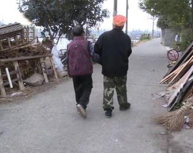 长沙男子独自照顾患病妻子 月入千元一半给母亲