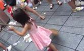 """成都5岁小女孩帮环卫工外婆扫地 意外成小""""网红"""""""