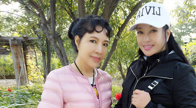 62岁的刘晓庆与妹妹合影 皮肤白嫩似少女
