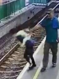 香港:外国男子将女子推下站台