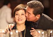 张国立为老婆庆祝六十大寿