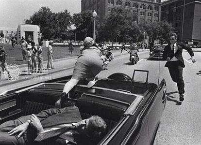 肯尼迪遇刺疑点:特工做肉盾 官方认定子弹会转弯?