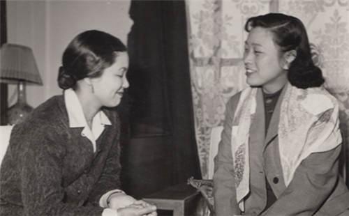 1958年,王昆(右)与松山树子