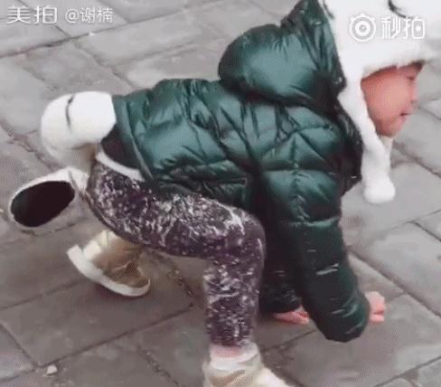 吴京儿子万圣节扮演小白虎 信念感超强蹦跳爬行