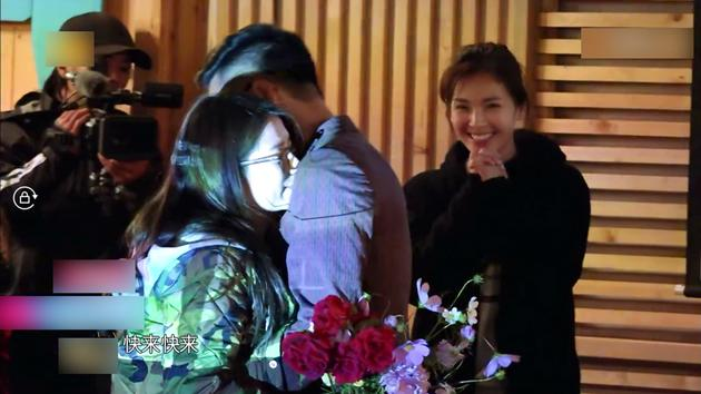 神助攻!刘涛见证粉丝求婚成功合唱《最好的时光》